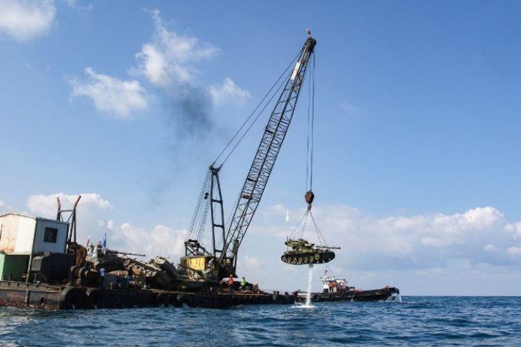 Proses penenggelaman tank ke laut Mediterania oleh kelompok aktivis lingkungan Lebanon, Sabtu (28/7/2018).