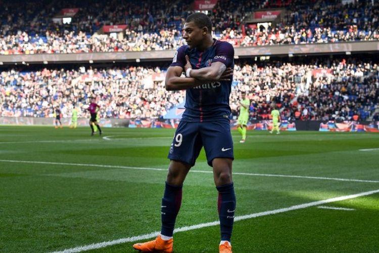 Gaya penyerang PSG, Kylian Mbappe, seusai mencetak gol ke gawang Angers pada pertandingan Ligue 1 di Stadion Parc des Princes, Rabu (14/3/2018).