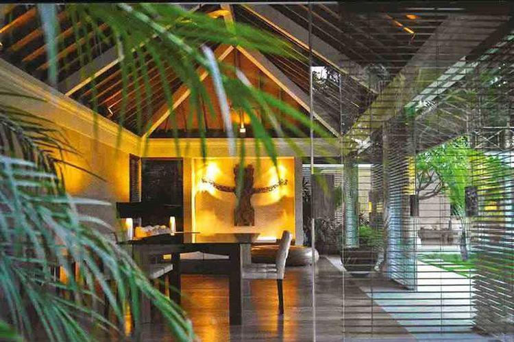 Atap kayu segitiga Batu Jimbaran Residence karya Imago Design Studio