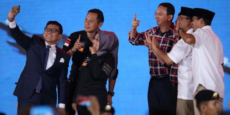 Pasangan calon gubernur dan wakil gubernur DKI Jakarta 2017, Agus Harimurti Yudhoyono-Sylviana Murni, Basuki Tjahaja Purnama (Ahok)-Djarot Saiful Hidayat, dan Anies Baswedan-Sandiaga Uno berfoto bersama moderator usai mengikuti debat ketiga calon gubernur dan wakil gubernur DKI Jakarta 2017 yang diselenggarakan Komisi Pemilihan Umum Provinsi DKI Jakarta di Hotel Bidakara, Jakarta, Jumat (10/2/2017). Debat yang terdiri dari enam segmen ini memiliki subtema pemberdayaan perempuan, perlindungan anak, anti-narkotika, dan kebijakan untuk disabilitas.