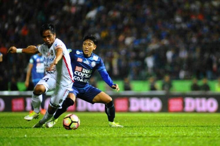Pemain Arema, Ahmad Bustomi (kanan), berusaha menghentikan gelandang Bali United, I Gede Sukadana, pada pertandingan Liga 1 di Stadion Gajayana, Malang, Sabtu (17/6/2017).
