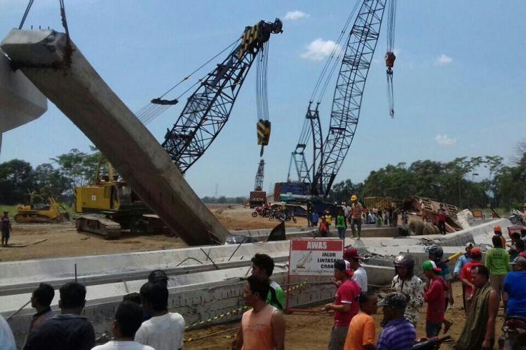 Kontruksi jembatan tol Pasuruan Probolinggo mendadak ambrol saat proses pemgerjaan di Desa Cukurgondang Kec. Grati Kab. Pasuruan.