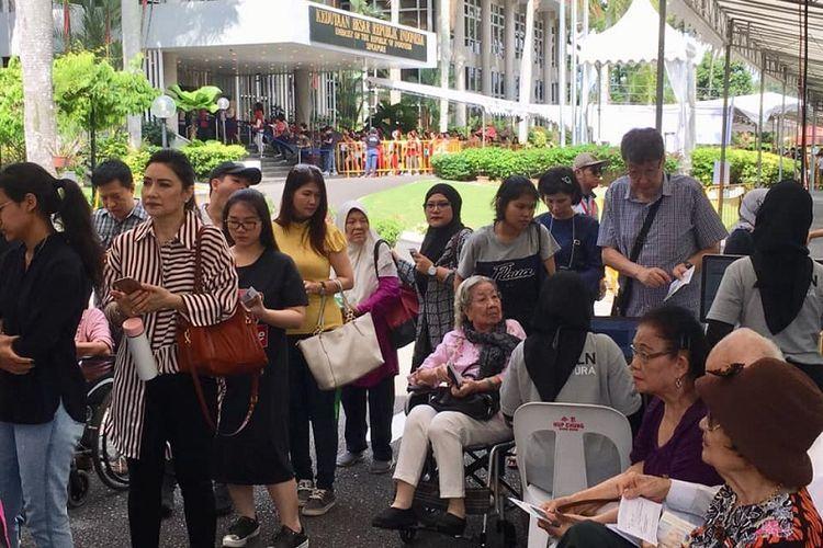 Antrian WNI termasuk manula yang menunggu untuk memasuki Tempat Pemungutan Suara (TPS) di Cluster 6 KBRI Singapura, Minggu (14/4/2019), sekitar pukul 10.00 waktu setempat. (KOMPAS.com/ERICSSEN )