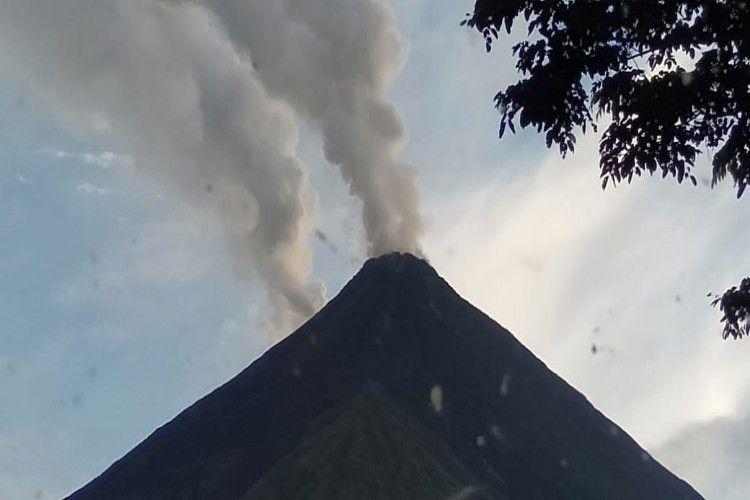 Gunung Karangetang mengeluarkan asap putih tebal, Selasa (11/6/2019) lalu.