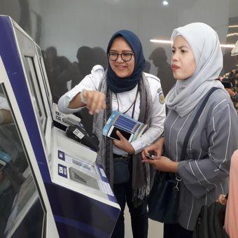 Seorang penumpang tengah membeli tiket KA Bandara melalui mesin penjual di Stasiun Bekasi, Selasa (19/6/2018).