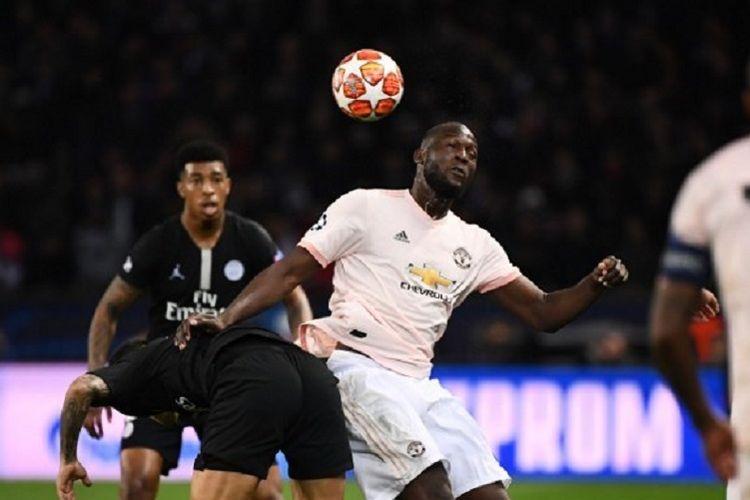 Striker Manchester United, Romelu Lukaku, menyundul bola dalam laga melawan Paris Saint-Germain di leg kedua babak 16 besar Liga Champions, Rabu (6/3/3019) atau Kamis dini hari WIB.