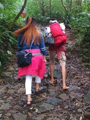 Pendaki yang nyeker saat mendaki Gunung Pangrango, Jawa Barat.