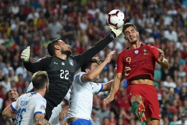 Andre Silva dan Gianluigi Donnarumma berebut bola di udara saat Portugal vs Italia pada laga UEFA Nations League di Estadio da Luz, 10 September 2018.