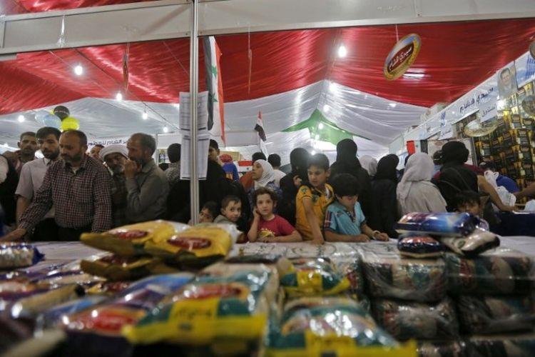 Warga Suriah mengunjungi pasar di kota Douma, Minggu (13/5/2018). (AFP/Louai Beshara)