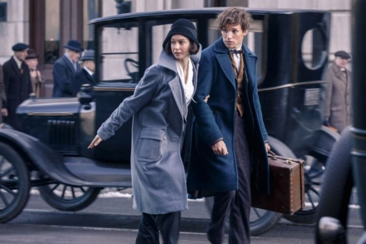 Eddie Redmayne dan Katherine Waterston dalam Fantastic Beasts and Where to Find Them (2016)