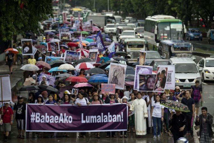 Demonstran perempuan melakukan orasi di Manila pada Hari Kemerdekaan Filipina pada Selasa (12/6/2018) untuk menentang perilaku misoginis Presiden Rodrigo Duterte. (AFP/Noel Celis)