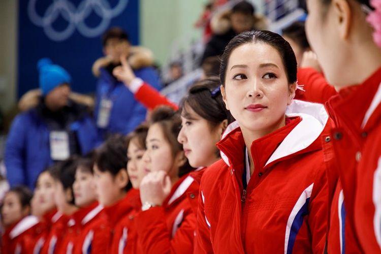 Pasukan pendukung Korea Utara yang disebut Pasukan Cantik tampil saat upacara pembukaan Olimpiade Musim Dingin 2018 di Stadion Pyeongchang, Jumat (9/2/2018).