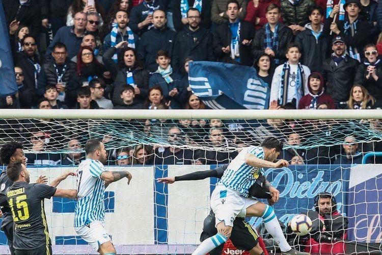 Bek SPAL, Kevin Bonifazi (kanan), mencetak gol balasan dalam pertandingan Serie A antara SPAL 2013 vs Juventus di Stadion Paolo-Mazza, Sabtu (13/4/2019).