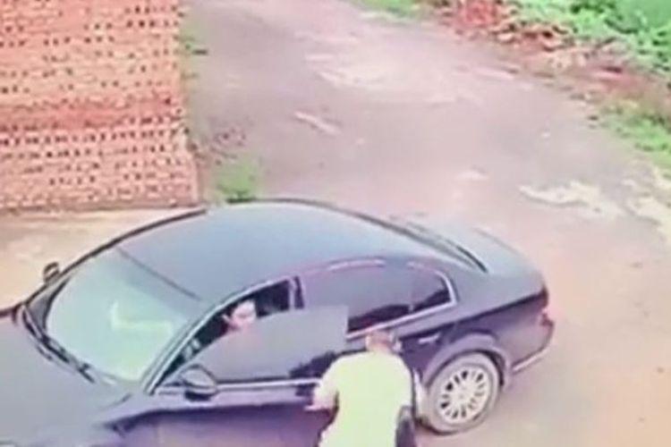 Foto yang diambil dari rekaman CCTV ini memperlihatkan seorang pencuri membuka pintu mobil incarannya. Namun, dia tak tahu jika sang pemilik berada di dalam mobil itu dan tengah bercinta dengan kekasihnya.