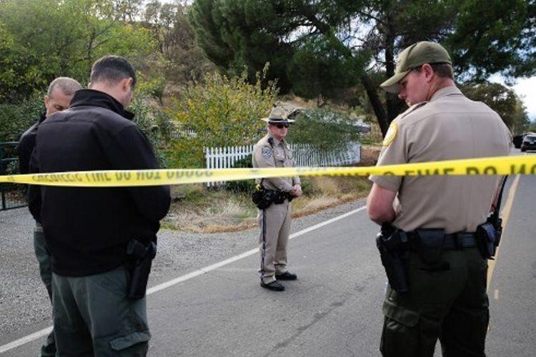 Polisi California mengamankan salah satu lokasi tempat terjadinya penembakan massal di kawasan Rancho Tehama, Rabu (15/11/2017).