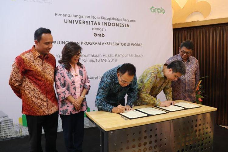 Penandatanganan kerja sama UI dan Grab dilakukan Rektor UI Prof. Muhammad Anis dan President of Grab Indonesia Ridzki Kramadibrata, di Ruang Apung UI, Kampus Depok (16/5/2019).