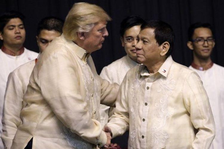 Presiden AS Donald Trump bertemu Presiden Filipina Rodrigo Duterte saat agenda makan malam konferensi ASEAN di Pasay City, Filipina.