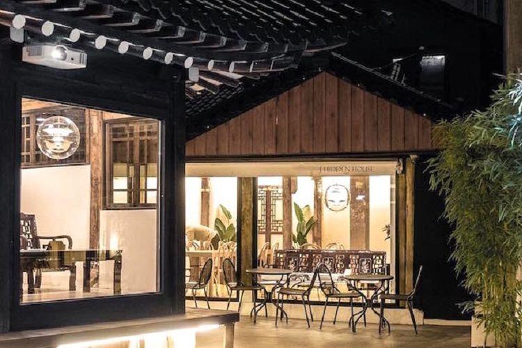 Dibangun seluas 300 meter persegi, kafe bernama J Hidden House tersebut dirancang dengan desain yang menggabungkan gaya tradisional dan modern.