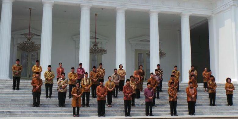 Para menteri Kabinet Kerja berfoto di depan Istana Merdeka sesuai dilantik oleh Presiden Joko Widodo, Senin (26/10/2014).