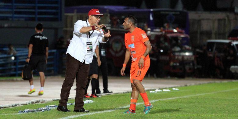 Pelatih Borneo FC, Iwan Setiawan memberikan instruksi pada Titus Bonai saat laga Borneo FC Vs Arema FC pada babak penyisihan Piala Gubernur Kaltim 2018 Grup A di Stadion Segiri, Samarinda, Kalimantan Timur, Minggu (25/02/108).