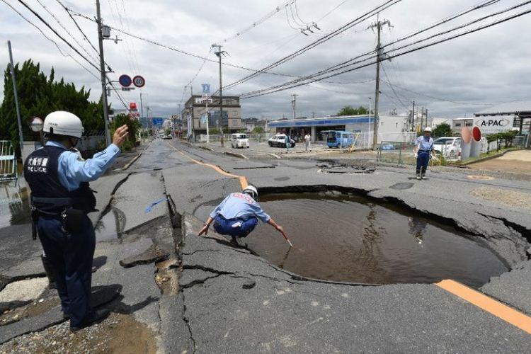Polisi Memeriksa Jalan Yang Retak Menyusul Gempa Di Takatsuki Sebelah Utara Osaka Jepang
