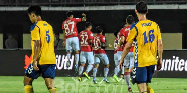 Pemain Bali United merayakan gol Fadil Sausu dalam pertandingan putaran pertama kualifikasi Liga Champions Asia melawan Tampines Rovers di Stadion Kapten I Wayan Dipta, Selasa (16/1/2018).