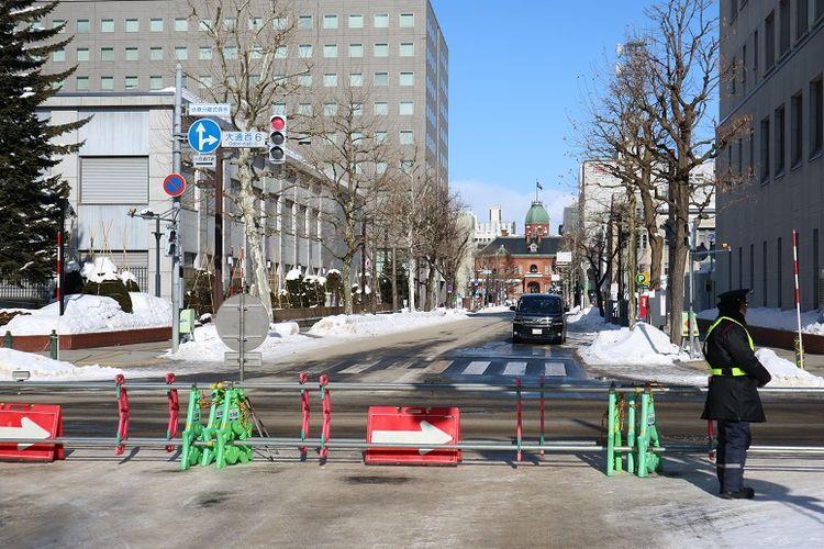 Polisi berjaga di area penyelenggaraan Sapporo Snow Festival ke-70 di Odori Park, Kota Sapporo, Prefektur Hokkaido, Jepang, Senin (11/2/2019). Sapporo Snow Festival merupakan acara musim dingin tahunan yang digelar di Kota Sapporo.