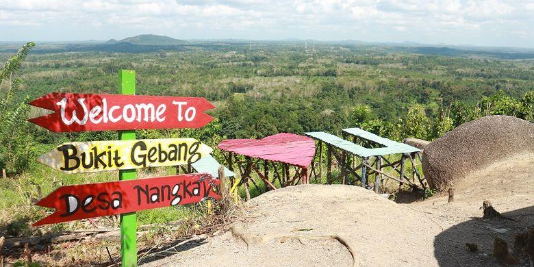 Pemandangan yang terlihat dari obyek wisata Bukit Gebang yang terletak di Desa Nangka, Kecamatan Air Gegas, Kabupaten Bangka Selatan, Kamis (3/8/2017). Obyek wisata Bukit Gebang masih tergolong baru dikembangkan di Pulau Bangka dan menawarkan spot-spot foto nan Instagramable