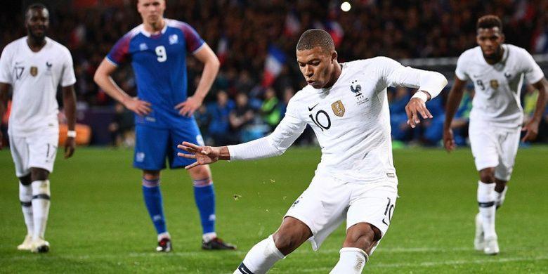 Penyerang Prancis, Kylian Mbappe, mencetak gol lewat tendangan penalti dalam laga uji coba melawan Islandia, 11 Oktober 2018 di Stade de Roudourou, Guingamp.