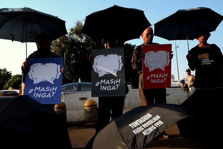 Pengunjuk rasa yang tergabung dalam Jaringan Solidaritas Korban untuk Keadilan mengikuti Aksi Diam Kamisan ke-436 di depan Istana Merdeka, Jakarta,  Kamis (24/3/2016).