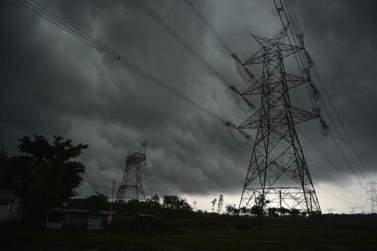 Awan gelap memenuhi langit di desa Chopra, Bengal Barat, Senin (14/5/2018). (AFP/Diptendu Dutta)