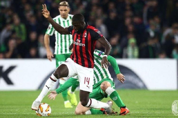 Gelandang AC Milan, Tiemoue Bakayoko, beraksi dalam laga Grup F Liga Europa melawan Real Betis.