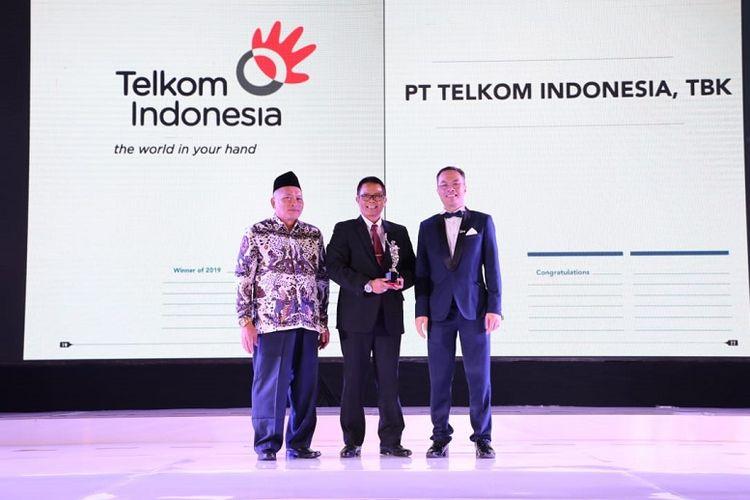 Vice President Human Capital Development Telkom Dwi Heriyanto (tengah) saat menerima penghargaan Telkom sebagai ?Best Company To Work For In Asia 2019? yang diserahkan oleh Group Publisher/Editor-in-Chief of Business Media International William Ng (kanan) di Jakarta, Jumat (14/6).