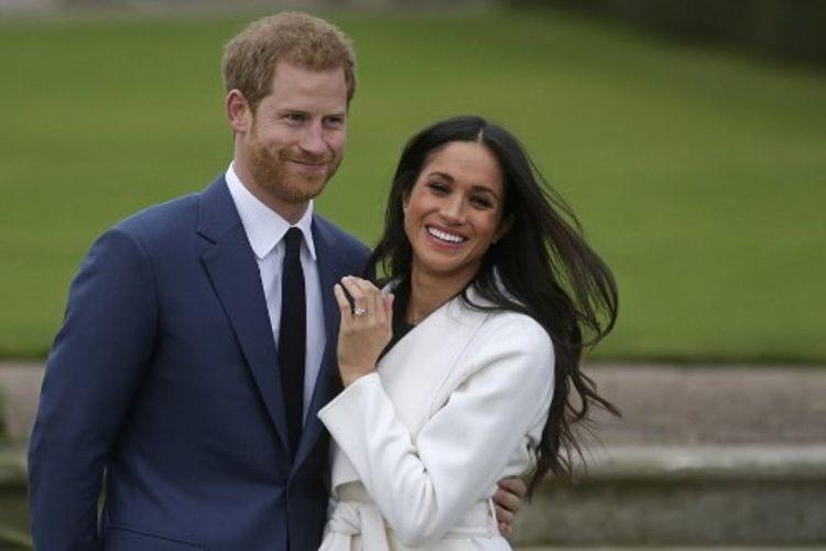 Pangeran Harry dan Meghan Markle menunjukkan cincin pertunangannya di Kebun Sunken, Istana Kensington, London, Inggris, Senin (27/11/2017).