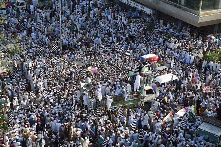 Muslim di Pakistan menggelar demo menentang pemerintahan Myanmar atas perlakuan terhadap Muslim Rohingnya. Demo digelar di Karachi pada 8 September 2017.