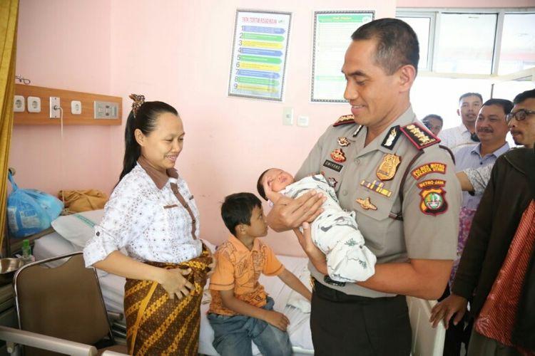 Kapolres Metro Jakarta Utara Kombes Dwiyono saat mengunjungi Fitri dan bayinya di RSUD Koja.
