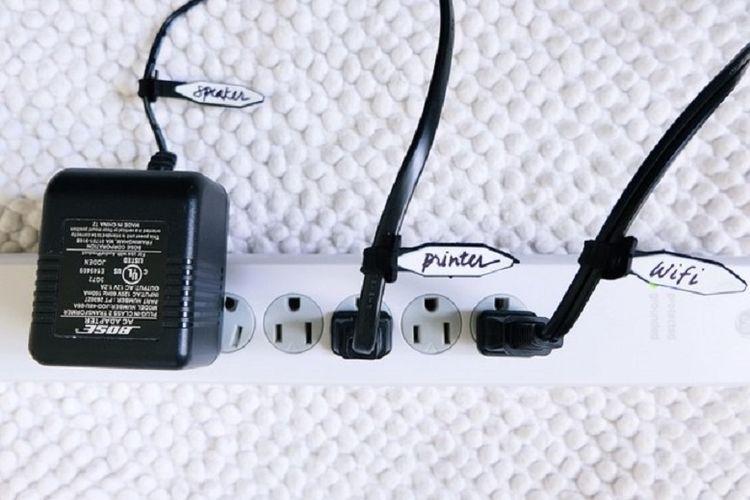Memberi label pada kabel.