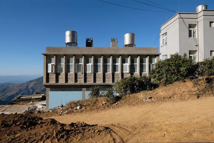 Gedung sekolah ini dibangun dua lantai.