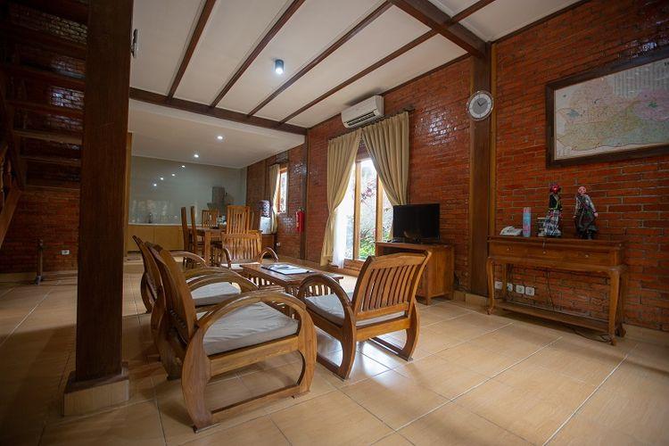 Suasana ruang tamu villa Jambuluwuk Convention Hall & Resorts Puncak, Jawa Barat.