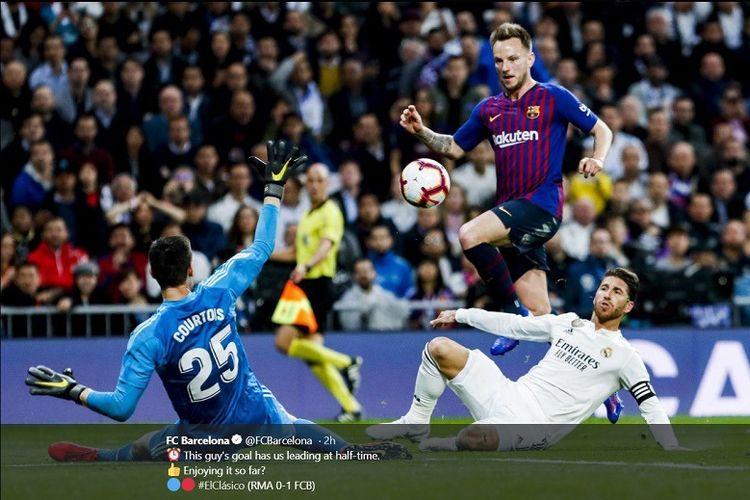 Gelandang Barcelona, Ivan Rakitic, saat menjebol gawang Real Madrid dalam partai Liga Spanyol di Estadio Santiago Bernabbeu, Sabtu (2/3/2019).