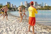 Berlibur di Pesisir Pantai Berlatar Lanskap Urban yang Tak Terlupakan