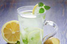 Seberapa Efektif Air Lemon Bakar Lemak Tubuh?