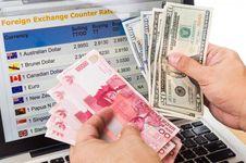 Tutup Pekan, Rupiah Melemah Dekati Level 13.900 Per Dollar AS