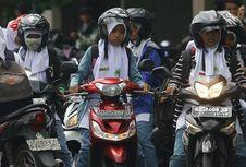 Cara Benar Berkendara Motor untuk Wanita Pengguna Rok Panjang