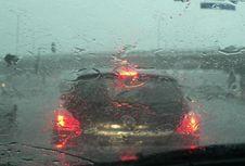 Jangan Biarkan Air Hujan Mengering di Bodi Mobil