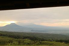 Berita Foto: Matahari Terbit dengan Panorama Gunung Sekaligus Laut