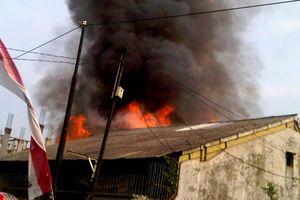 Polisi dan Warga di Rusia Padamkan Kebakaran dengan Lempar Bola Salju