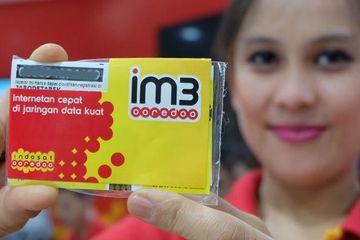 Model memamerkan kartu perdana Indosat IM3 yang kini berubah nama menjadi IM3 Ooredoo.