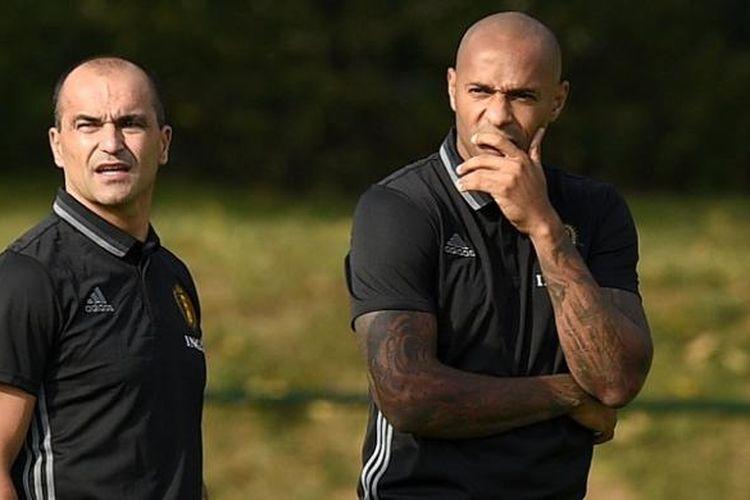Thierry Henry (kanan) terlihat sudah memulai perannya sebagai asisten dari pelatih Belgia, Roberto Martinez, dalam sesi latihan tim di Neerpede, Belgia, Senin (29/8/2016) waktu setempat.