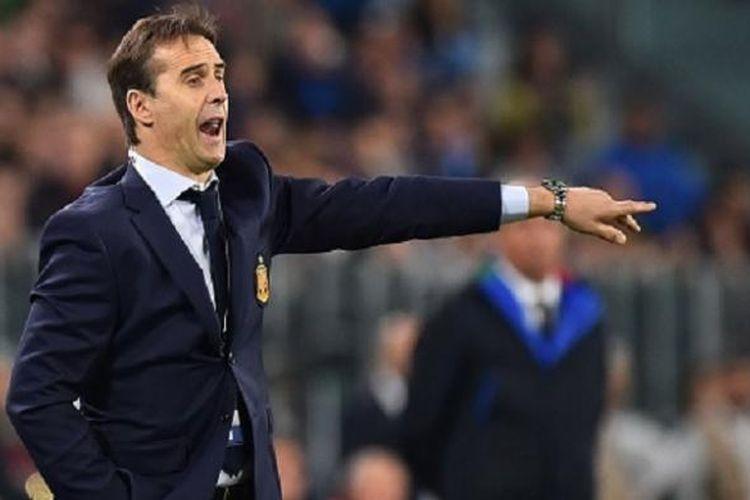 Pelatih timnas Spanyol, Julen Lopetegui, memberi instruksi kepada anak-anak asuhnya pada laga kontra Italia, Kamis (6/10/2016).